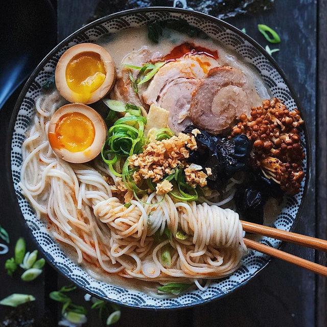 A big bowl of ramen to soothe your soul. 💋 #f52bowls #f52grams 📸: @lilybubbletea