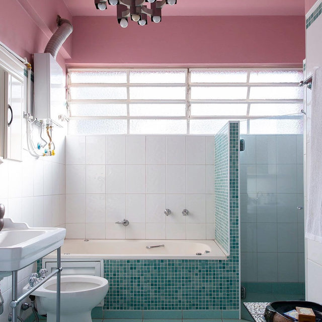 When refreshing a São Paulo apartment, designer @julianalimavasconcellos had to work with the original bathroom from 1956 which she paired with rosy pink paint and a new light fixture to really pack a punch 💥 See more color inspiration from the space 👉 link in bio 📸 @andreklotz