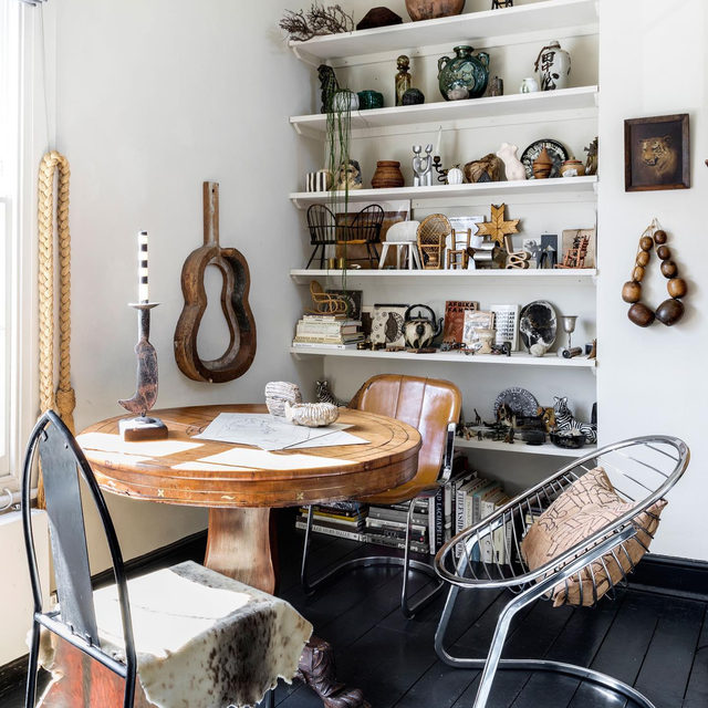 When it came to decorating her 600-square-foot apartment, designer @holliebowden found furniture and decor in flea markets throughout the world. The result is an intriguing mix of old and new, from places near and far, and basically we can't stop staring 👀 Take the full tour 👉 link in bio 📸 by @helenio_barbetta ✍️ by @atthecrosswalk; styled by @chiara_dal_canto