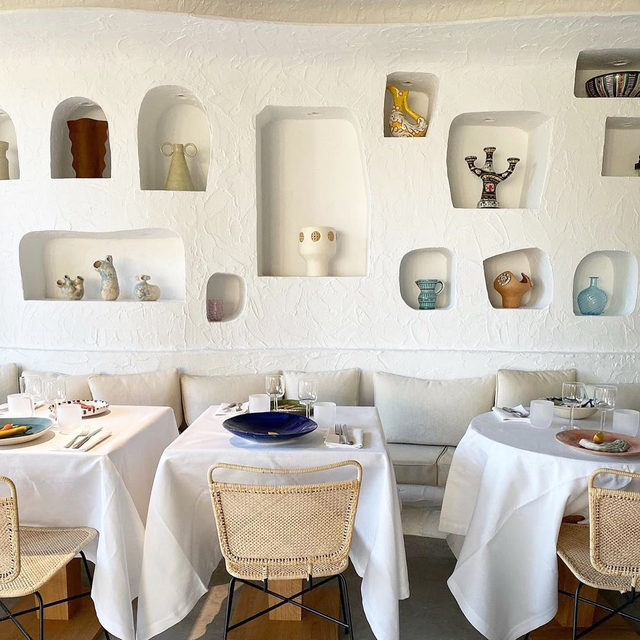 The funky wall niche trend is here to stay, people! The latest example was revealed this week at the new @jacquemus x @caviarkaspia restaurant @oursinparis 👆 But get more inspiration in our Stories and some helpful tips for your own design 👉 link in bio 📸 regram @oursinparis