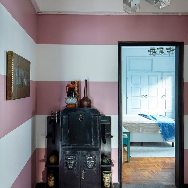 "Brb, need to go paint giant stripes on my walls 🎨 Totally inspired by this room in a São Paolo apartment by @julianalimavasconcellos that uses ""stripes big enough almost to be a little strange,"" she says. See more of the space 👉 link in bio 📸 by @andreklotz"