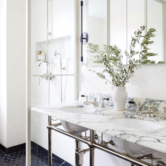 For anyone out there who loves the charm of a classic NYC black-and-white bathroom, we present this updated interpretation by @space_exploration_design 🖤 See more of the before + after 👉 link in bio 📸 by @nicole_franzen ✍️ by @my_shokoko