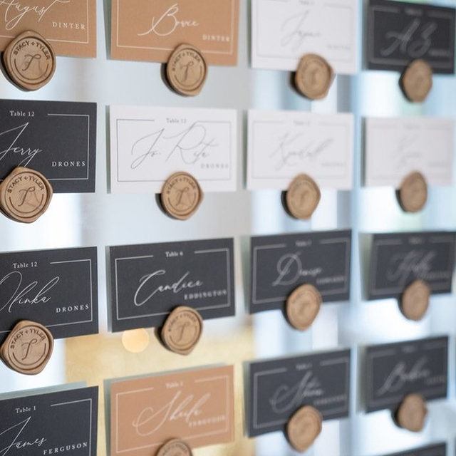 "#MintedWeddingsTip from #MintedWeddingPlanner @symphonywed: each color place card indicates which meal the guest selected. 🍴 ""Love Story"" place card design @lizconley — Photo @mplacepro 