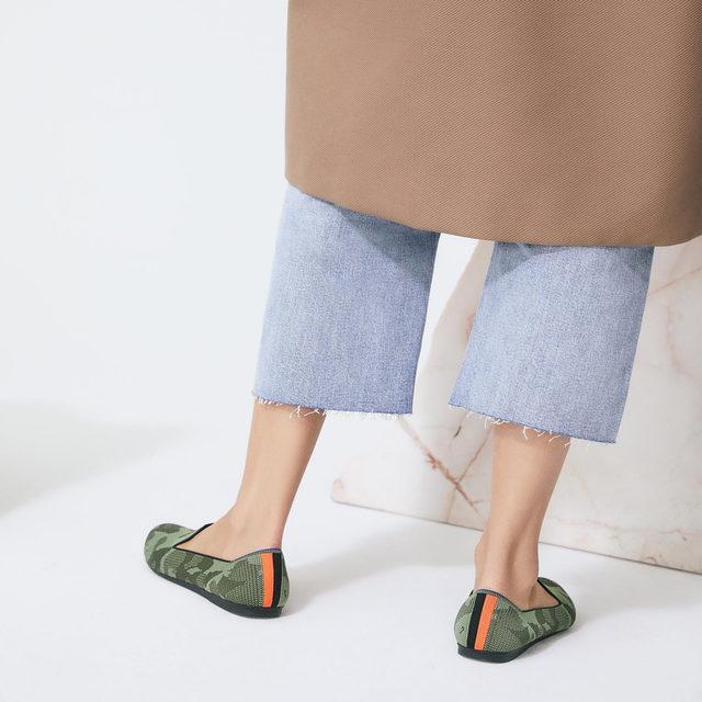 Let your heel stripe do the talking.