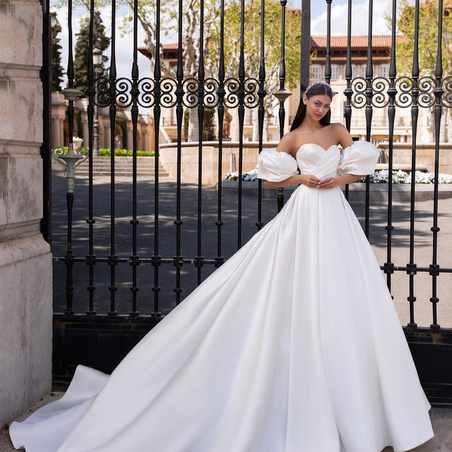 Ixion 🖤 A breathtaking princess gown with transformative power thanks to those detachable puffed sleeves. One dress, two looks! #PronoviasTrends Try it on at your nearest Pronovias.