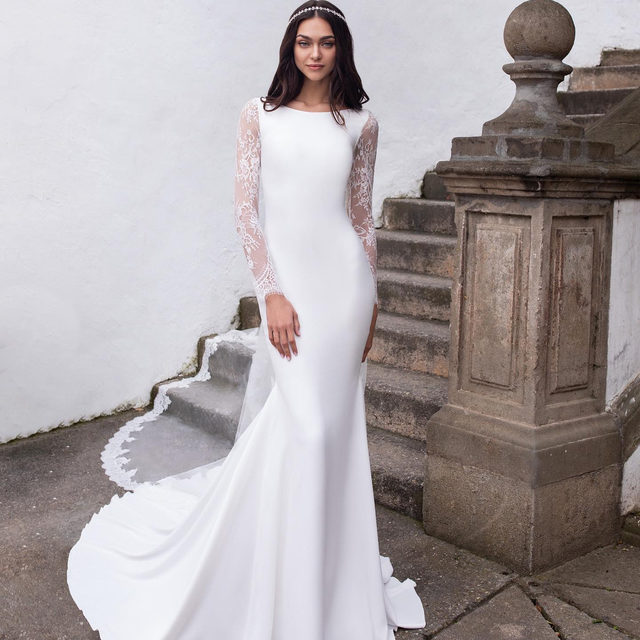 An elegant dress, whose sleeves can come in either chantilly or creamy white crepe. Do you prefer the Kemi dress with the sleeves in crepe or lace? Let us know!