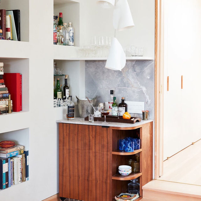 Cheers to the freakin weekend and this chic corner bar (with hidden wine fridge!!) in @runnette and @nathanlump's Brooklyn apartment 🍾 See more of the home reno'd by @shapelessstudio 👉 link in bio 📸 by @david_a_land ✍️ by @my_shokoko; styled by @elizabeth.maclennan