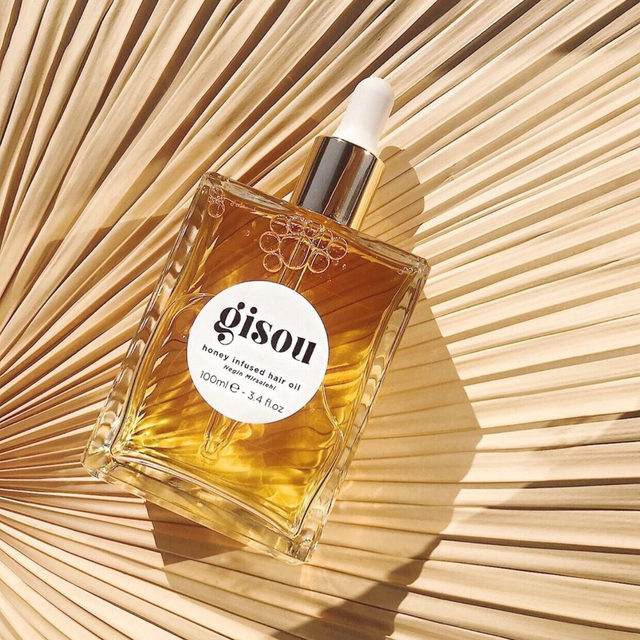 uh huh honey 🍯 @gisou honey infused hair oil is a cult-favorite for achieving stronger & healthier hair, that smells as good as it looks - link in bio to 🛍️ <regram: @glowglowglowy>