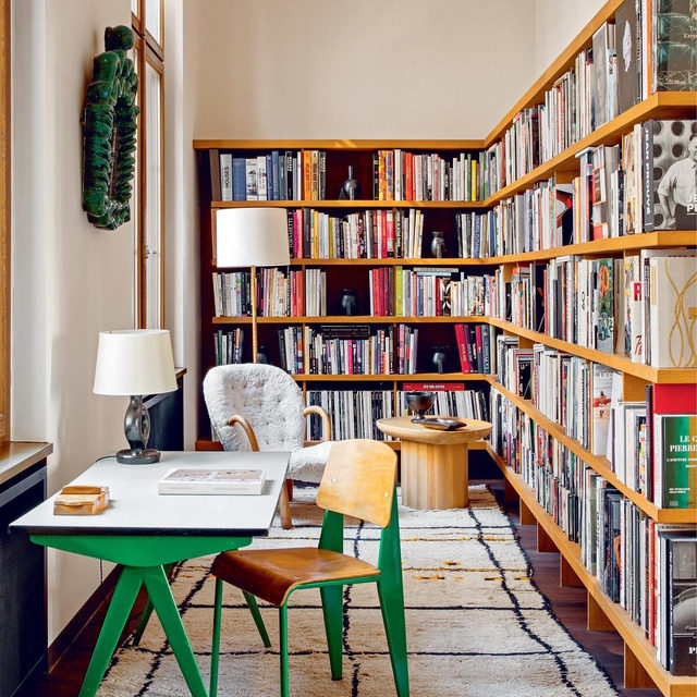 "There are few things we love more than a well-stocked bookshelf, so @ninafreudenberger's latest book ""Bibliostyle"" (@clarksonpotter) featuring some of the best book-filled interiors around the world has us like 🙏😍🙌 Get a look inside the book and learn some styling tips from the pros 👉 link in bio 📸 of Emmanuel de Bayser's home 👆 by @shadedeggesphotography ✍️ by @kristenvbateman"