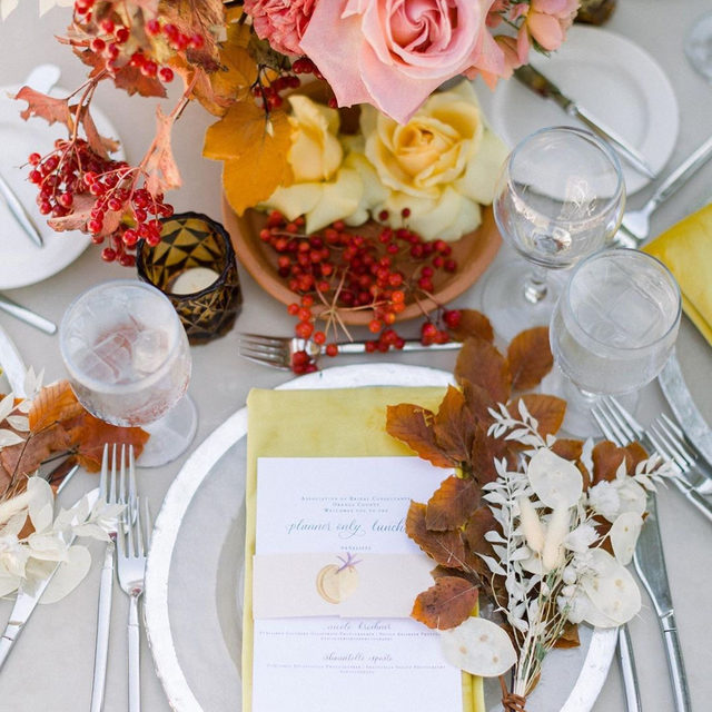 These fall colors make us extremely happy 🍁🌸🍂🌼🍒And that pop of red is just 💯With our #velvetlinen in Oatmeal with Golden napkins from @kelseyevents and @penelopepotsfloraldesign for an @abcorangecounty #luncheon 📷 @sisterleephotography With @handwrittenbycat @theranchlb @invisibletouchevents @chiavarichairrentals @simplysweetcakery #latavolalinen #transformyourtable #velvet #velvetnapkins #velvettablecloth #fallfeels #fallcolors #colorstory #orangecounty #southerncalifornia #eventplanning #partyplanning #weddingplanning #livecolorfully #lagunabeach #lagunabeachwedding #fallwedding