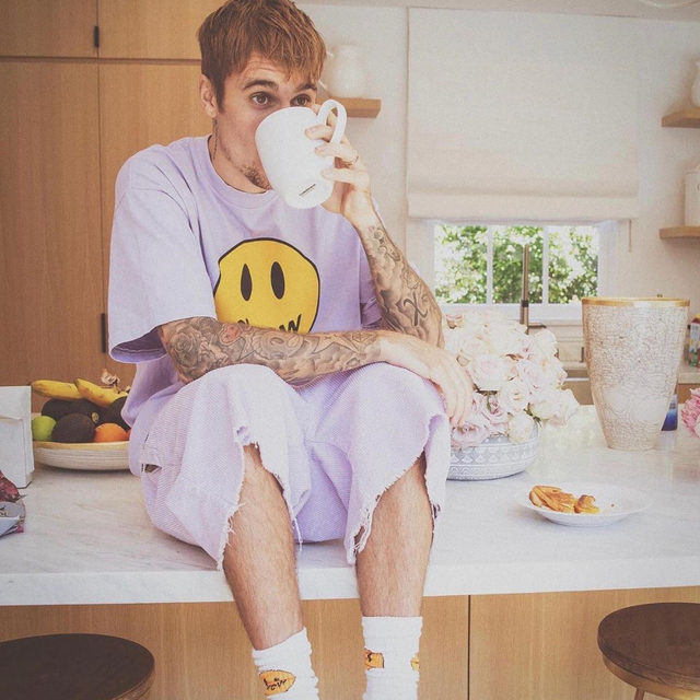 Justin Bieber is the second celeb this week to be sued for posting a pic of himself to his Instagram, the first was J.Lo. Head to the link in our bio for more on why these two are being snagged for copyright infringement. (📷: Justin Bieber)