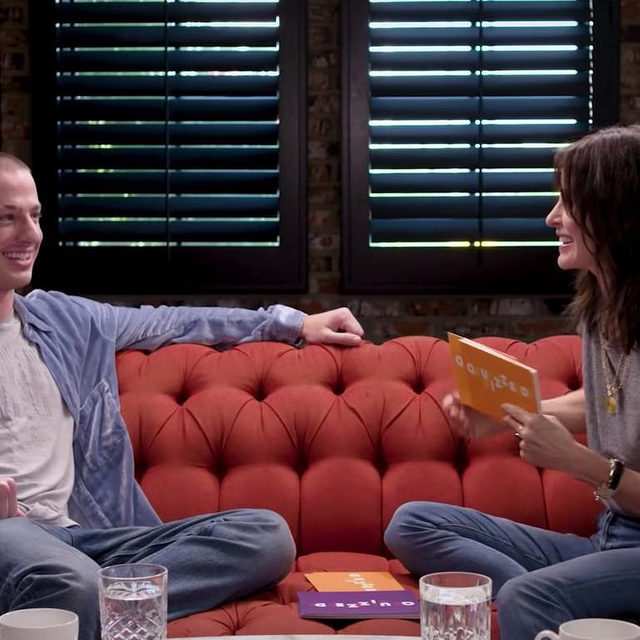 The one where Courteney Cox quizzes Charlie Puth on #Friends trivia and he absolutely crushes it. Oh, you don't know that episode? 🗣️ Link in our bio. ( 📷: Youtube)
