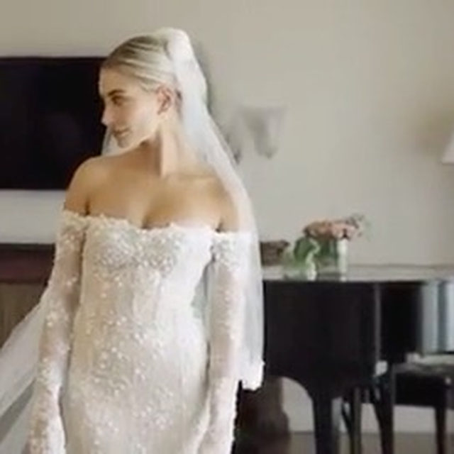 This is like #SayYesToTheDress but on a completely different level. 👰🏼 Hailey Bieber's version is at the link in our bio to watch! (📷: YouTube)