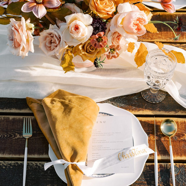 Golden glow 🌞🍂🌸🏵️ Lovely #falltable for a 40th birthday party with our #velvetlinen napkins in Tamarind 🧡and #auroralinen table runner in Ivory 🐚 Planning @idodetailslv Florals @layersoflovely Rentals @rsvppartyrentals 📷 @hellogabyj #latavolalinen #transformyourtable #fall #fallfeels #fallcolors #goldenhour #woodtable #farmtable #birthdayparty #partyplanning #40thbirthday #lasvegas #lasvegaspartyplanner #soloverly #tablerunner #orangeandpink