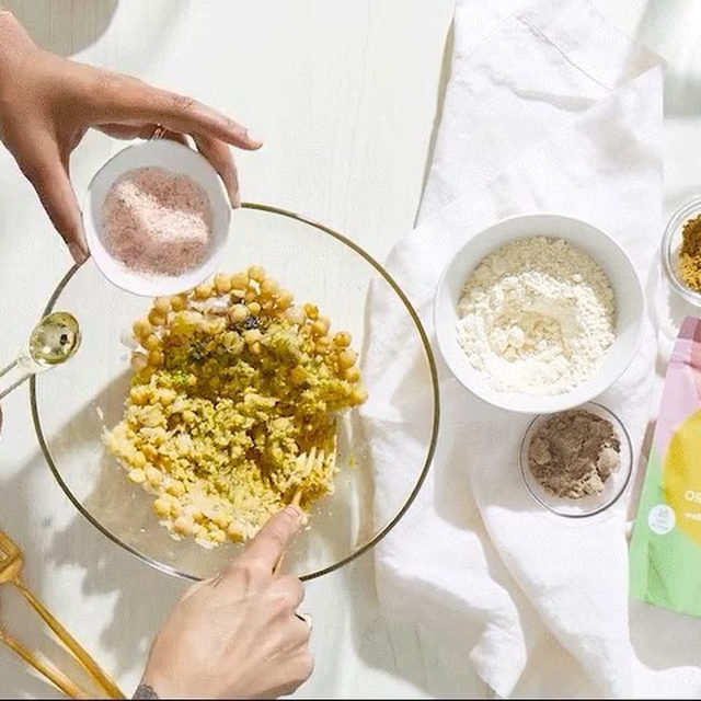 Just in case you missed our recipe series with @sophia_roe, here's the must-have falafel recipe to warm up your Sunday. Link in bio or head to our IGTV.