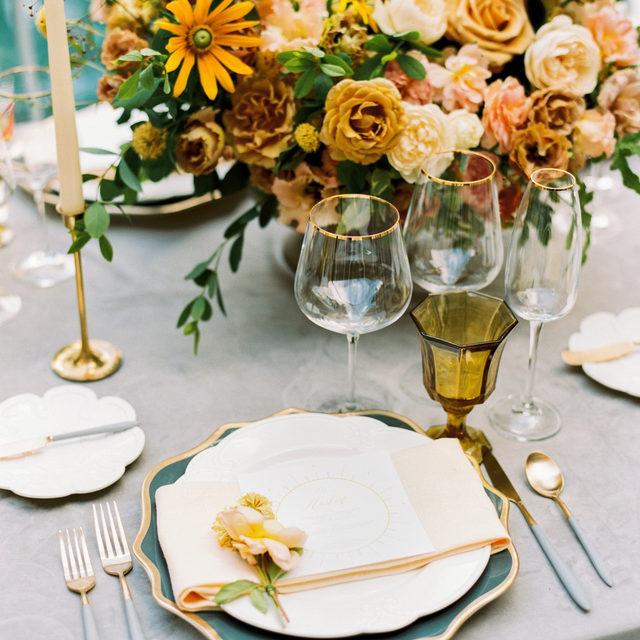 These #goldenhues paired with our #velvetlinen in Grey and #tuscanylinen napkins in Maize are just giving us all the feels 🌼🏵️🌿Design @sarahkazemburgevents Florals @darlinganddaughters 📷 @em_blumberg With @whitegloverentals @fig2design @jess.mcsweeney #latavolalinen #transformyourtable #velvet #velvettablecloth #linennapkins #yellowandgrey #orangeandyellow #weddingtable #weddingreception #larzandersonhouse #washingtondc #washingtondcwedding #eventdesign #eventdecor