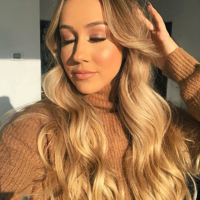 ✨ Get that golden hour glow before winter comes ☀️  Who else isn't ready for fall to end? 😭 Leave some 🍁🍂🍃 emojis down below!   @roralovestrand completes her golden toned look with our lashes in the style Whispie Sweet Nothings.   Tap to get the look!  #VelourBeauty #VelourLashes #LiveInLashes