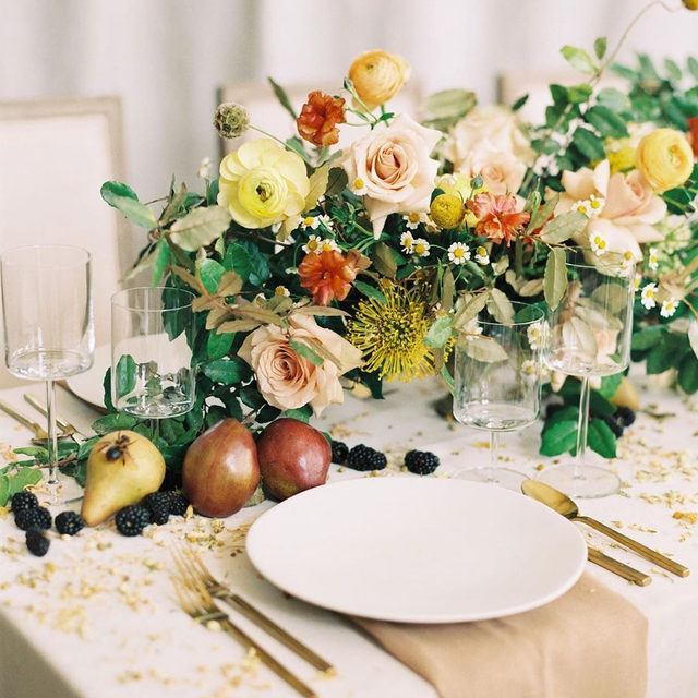 Love this magical floral dusting with a touch of 🐝 by @jannabrowndesignco with our #velvetlinen in Oatmeal and #tuscanylinen napkin in Barley ✨🍐✨ Photography @shaunaveaseyphotography with @michaelandcarina @thehybridco  @photovision @pleasebeseatedrentals @wilburnstreetstudio #latavolalinen #transformyourtable #linen #linenlife #naturallinen #linentablecloth #linennapkins #editorialshoot #photoshoot #colorfulflorals #pastelflorals #fruitsandflowers #wilburnstreetstudio #tennesseeweddings #weddingreception #nashvilleweddings