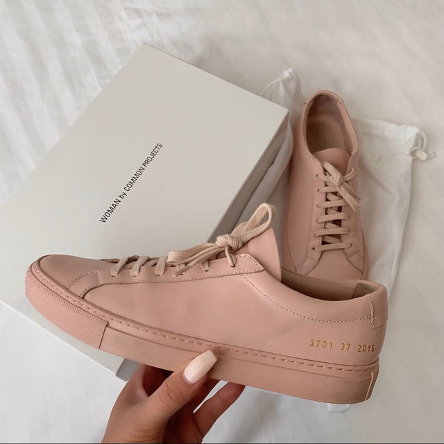 These shoes got us blushin'. 👟 Tap the shop highlight to snag your pair. (📸: @vumeggie)
