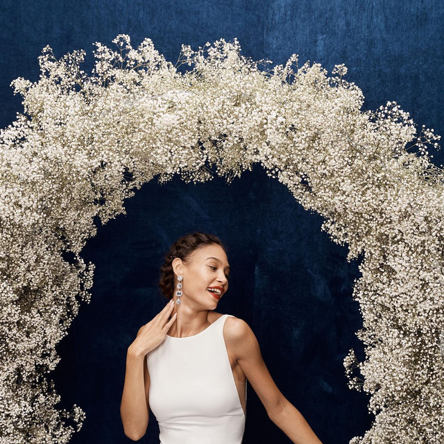 ☝️ Proof that when it comes to wedding flowers, baby's breath is anything but basic. (Tap to shop the Hyde Gown, Lightwood Sash & Montaigne Earrings)