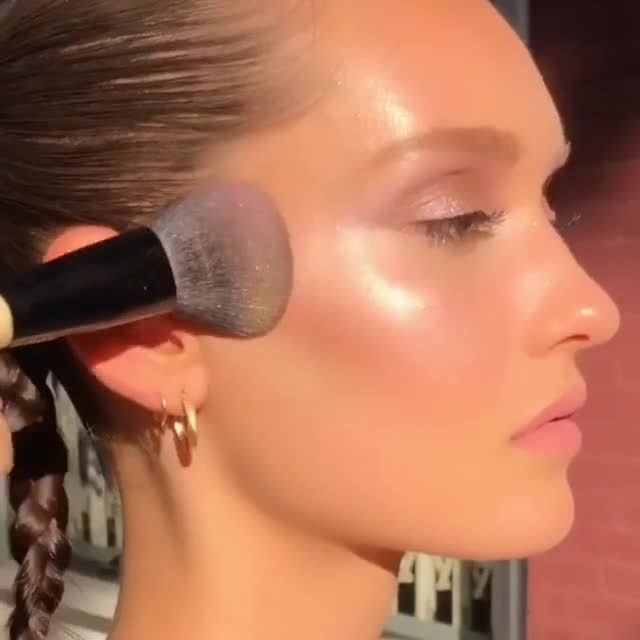 Does anyone else find highlighter application oh so satisfying? 💘 Link in bio for the best highlighters and other base makeup products of 2019. #AllureBestofBeauty #regram @namvo
