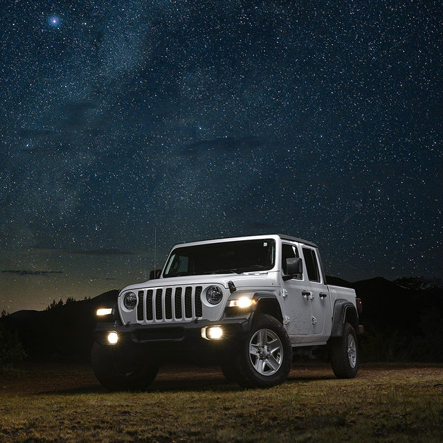 The best way to make a massive truck feel small? Park it under the rest of everything. We went stargazing with a Jeep Gladiator in America's darkest spot, and the pictures are jaw-dropping. Which car would you take on an adventure like this? 📸: @puppyknuckles