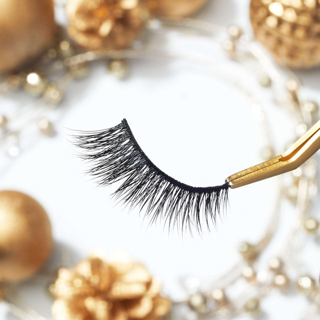All that glitters is not gold - our lashes may not be gold but we're sure you'll be glittering under them. 👸  ✨ Get real NICE this holiday with our Mini Me lashes from our Effortless Collection - now available in our Naughty But Nice Kit exclusively at @sephora. ✨  #VelourLashes #VelourxSephora #VelourBeauty #NewAtSephora #NaughtyButNice