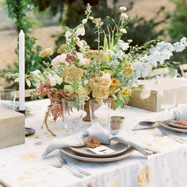 Loving this gorgeous golden yellow #tablescape from @hautefetes and @plentyofpetals with our #harperlinen in Yellow/Grey 🌼🌼🌼Thanksgiving inspo? Photography @featherandstonephotography #latavolalinen #transformyourtable #yellow #floralpattern #fallcolors #falltable #falltablescape #floraldesign #thanksgivingtable #thanksgivingdecor #thanksgivingtablescape #ranchosantafe