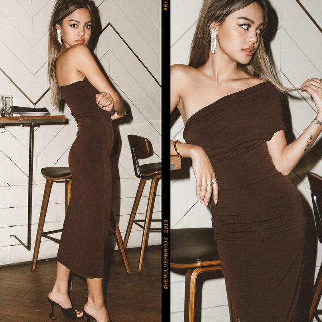 give 'em the shoulder ✨ @lilymaymac in the @itsnbd mae dress - link in bio to shop #REVOLVEawards