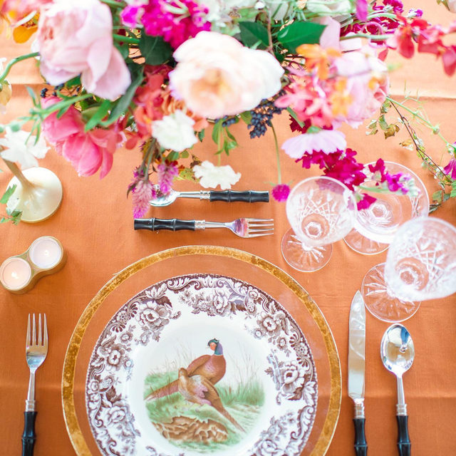 Love this set up with our #dupioniquelinen in Citrine so much! 🧡💕 Color makes us happy. From @hillandcocreative @gracefrederickdesign and @stephaniegibbsevents Photo @a_pattersonphotography Rentals: @oohevents  Paper: @kelseygrnichols  Plates: @by_spode #latavolalinen #transformyourtable #orange #colorful #livecolorfully #brightcolors #orangeandpink #tabletop #eventdesign #dinnerparty #charleston #southcarolina #charlestonwedding