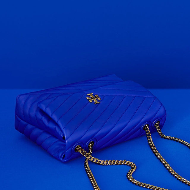 An online exclusive: The Kira Chevron Convertible Bag in Blue. Shop via the link in bio  #ToryBurchHoliday19 #ToryBurchinColor #ToryBurchBags #ToryBurch