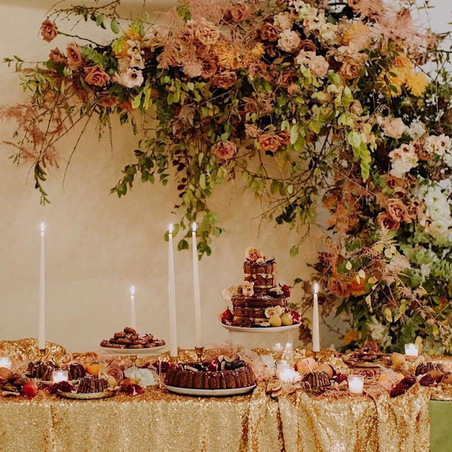 So ready for family, friends and food tomorrow 🍂🌿💫 Our #tabletop might not look this amazing, but we can dream. Amazing job @peartreeflowers and @selvafloral 🙌 This is definitely #goals for next year. And those cakes by @laelcakes look too good to eat/too good to not eat. 📷 @ambergressphotography With our #newyorklinen in Copper and #velvetlinen in Grass. Venue @gathergreene Candles @creative.candles #latavolalinen #transformyourtable #fallcolors #fallwedding #caketable #floraldesign #sequins #goldsequins #velvet #greenandgold #texture #newyork #newyorkwedding #soloverly #goldenglow