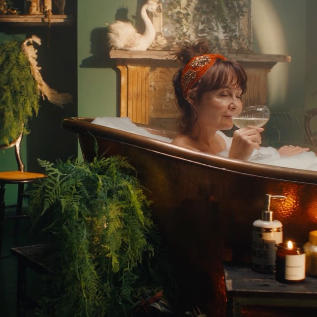 As Christmas rolls in, a new set of yuletide rules take over. We abandon the year-round sensible routine for the festively indulgent. Chapter one in our yuletide rulebook? A new morning routine 🛀 (link in profile to shop the film)