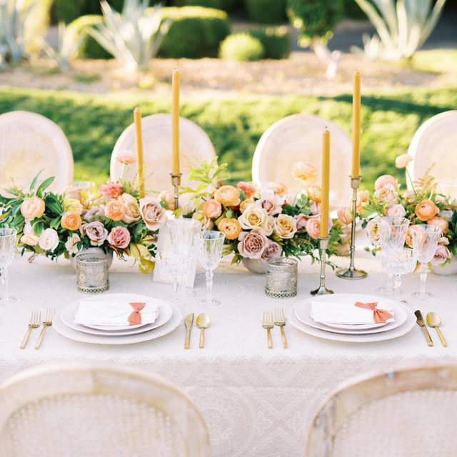 Golden glow with our #morsecodelinen in Pearl 🌸🌿🌼 So romantic! Design @ashleycreative Florals @cityblossomslv Production @ruffledblog for #styledsocial 📷 @kristenkayphotography #latavolalinen #transformyourtable #wedding #romanticwedding #tablecloth #softcolors #weddingcolors #lasvegas #lasvegaswedding #nevada #nevadawedding #itsallinthedetails #soloverly