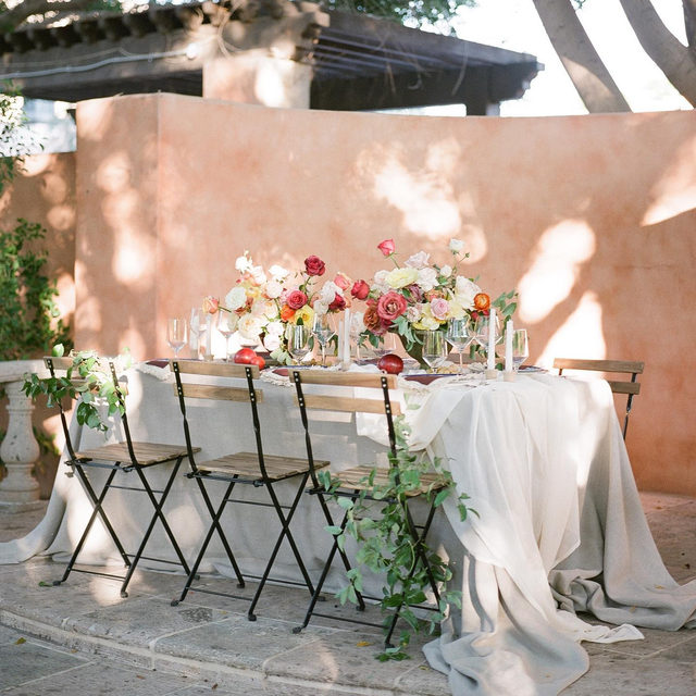 Absolutely romantic 💕💕💕 Loving this beautiful set up from @themonarchflorals @jeremychouphotography @tylerrye_ with our #tuscanylinen in Natural and #auroralinen Table Runner in Ivory 😍 Photo @jeremychouphotography #latavolalinen #transformyourtable #outdoorwedding #shadowplay #floraldesign #weddingdesign #romanticwedding #linen #naturallinen #linenlife #phoenix #phoenixwedding #arizonawedding
