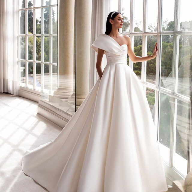 What's your favorite version of this spectacular mikado gown? The Sedna gown in white or the Tourmaline in black? Let us know! #Pronovias2020