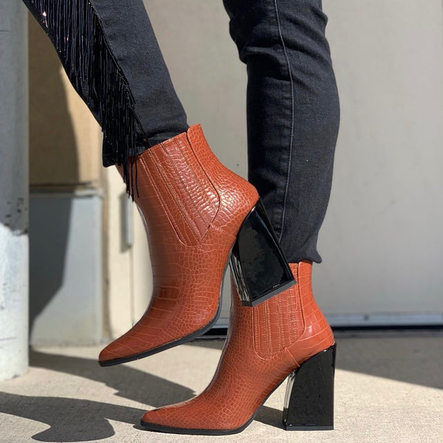 Kickin' it with #PoshmarkCanada 👢 Tap the Shop highlight to grab these before they're gone! (📸: @diahariq)