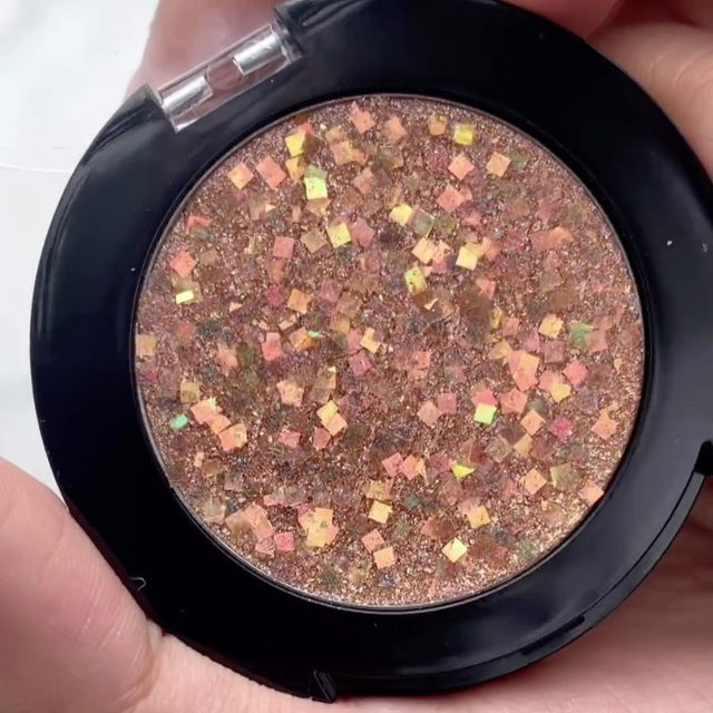 need celebration-worthy makeup for NYE? 😍🥂 @smithandcult's Glitter Shot in Bronze is an all-over glitter paste that delivers a hyper-dimensional look with quartz + multi-size glitter for a one-of-a-kind look - link in bio to shop