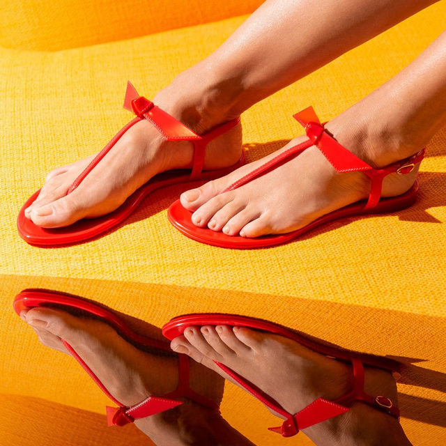 The most-desired bow you will see around this Christmas. Discover the Jelly sandal in red and all other available colors at www.alexandrebirman.com.br #AlexandreBirman #JellySandal