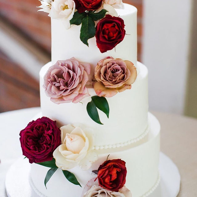 Roses are red—we love this cake that is all.😍 Head to the #linkinbio for 10 unexpected ways to dress up your white cake! | #regram: @_tinyvictories 📸: @sandrayvette.photography 🎂: @flourhousebakery