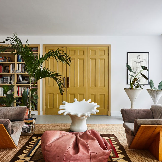 Diving into the archives for the best home tours we ran in 2019 💦 Above is the super creative London flat of hairstylist @cyndiaharvey that's filled with amazing flea market finds 🙌 And check the full list 👉link in bio 📸 by @veerleevens.photography