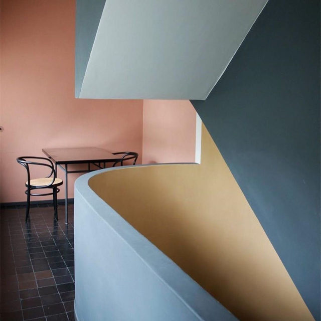 If you're feeling lost when choosing a paint color, turn to the master of rich bold hues, Le Corbusier 🎨 The iconic architect's system of 63 colors is now available for all to use, with a line of paint and even home accessories, wallcoverings and kitchens! Learn about our obsession with @les_couleurs_le_corbusier 👉 link in bio 📸 of Le Corbusier's Weissenhof Estate regram @mervekahramandesign ✍️ @atthecrosswalk