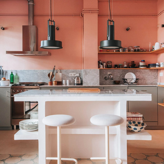 Remember this kitchen? It's from @cokebartrina and @frecklesnur's Barcelona place, one of our top home tours of 2019 🏆 See the full list 👉 link in bio 📸 by @cokebartrina