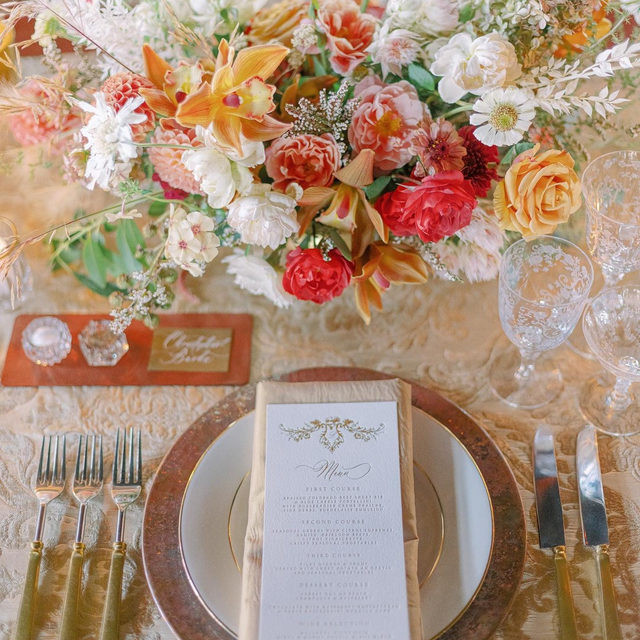 ✨✨ Starting this new year off right with this breathtaking view of our #neimanlinen in Taupe from @greenwoodevents 📷 Photography @amandacrean #latavolalinen #transformyourtable #vevletburnout #tablecloth #wedding #soloverly #gold #colorfulwedding #wyoming #wyomingwedding #rockymountainbride #sierramadre #mountainwedding #mountainbride #goldwedding #flowers #floraldesign