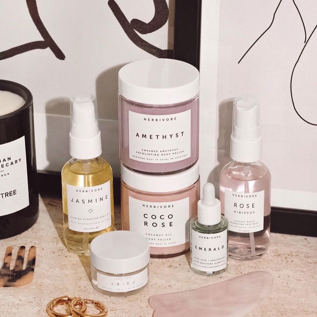spot any of your faves? 👀 @herbivorebotanicals' Self Love Face and Body Kits are filled with natural products that leave your skin hydrated, smelling amazing + glowing ✨ - link in bio to shop <rg: @houseofglitterdk>