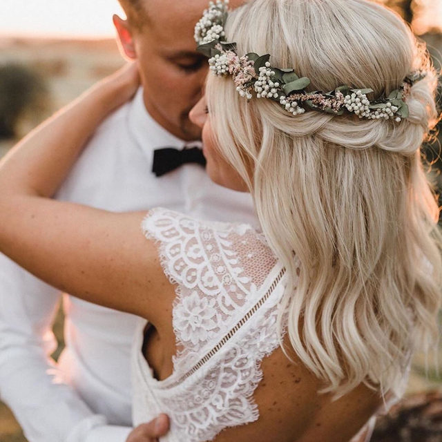 Yes, flower crowns are still a thing. In fact, they're going to be trendier than ever in 2020. 🌸 Head to the #linkinbio to see what other bridal beauty trends you can expect this year! 💄 | 📸: @agape_fotografie