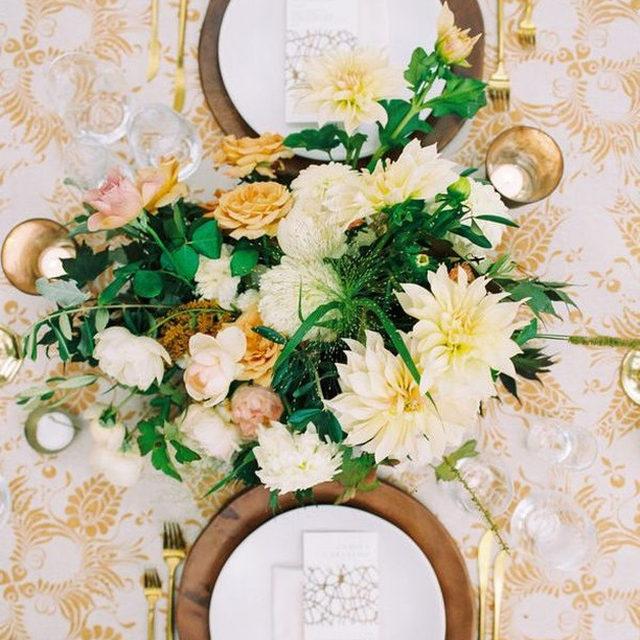 Loveliness with our #decoflorallinen in Oatmeal/Bronze 🌿🌼 From @kruseandvieiraevents @sophiefelts @naomipak 📷 @bonniesenphotography #latavolalinen #yellow #transformyourtable #dahlias #photographyworkshop #bonniesenworkshop #floralpattern #washingtondc #dcwedding #tabletop #tablescape #eventdesign