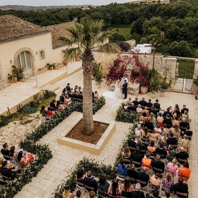 You can get married ANYWHERE, all you need is a little vision. ✨✨✨ Swipe 👉 for the before and after of this ceremony and then head to the #linkinbio for some even more untraditional venues! | 📸: @chrisandruth 📋: @italianweddingsandevents 💐: @intrecci_difioriedarte