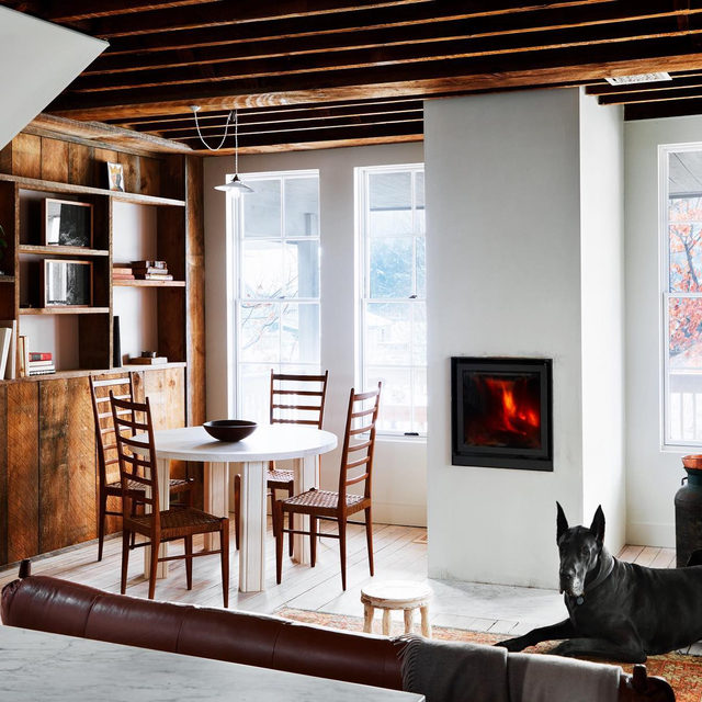 Cozy country house energy in the renovated home of @brushlandeating's @saramaezandi and Sohail Zandi 🔥 and their pups Lou 👆 and Frankie (not pictured) 🐕 See how the couple updated the 19th-century former barrel factory into a modern  home 👉 link in bio 📸 by @timlenzphoto ✍️ by @atthecrosswalk