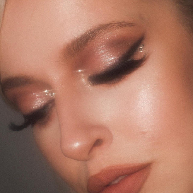 ✨ Vintage Glam ✨  What decade is your favourite makeup inspo from? 90's? 80's? Let us know down below!  @lucindaanderson created this stunning neutral glam that makes us feel some type of way. She paired this gorgeous look with the lash style T-Dot Ooh!  Tap to shop now!  #VelourLashes #VelourBeauty #LiveInLashes